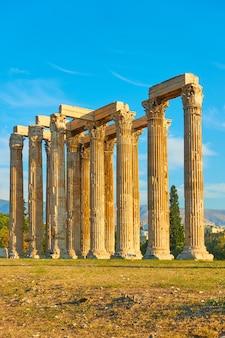 Starożytne kolumny świątyni zeusa w atenach o zachodzie słońca, grecja