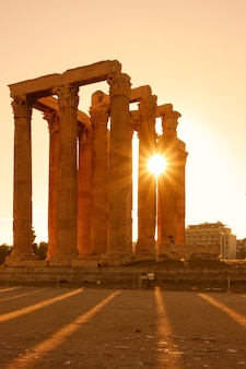 Starożytne kolumny w atenach o zachodzie słońca, grecja
