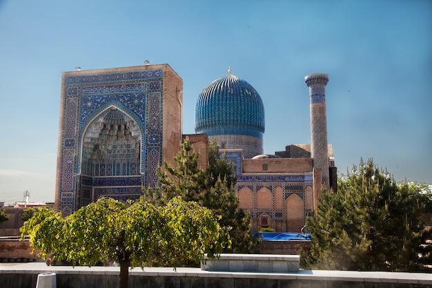 Starożytne mauzoleum, ozdobione mozaikami, gur-emir, amir temur w samarkandzie w uzbekistanie, latem. 30.04.2019
