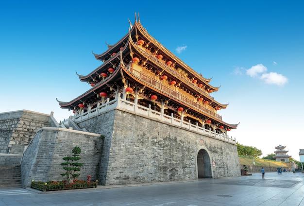 """Starożytne miasto i ruiny murów miejskich w chaozhou w prowincji guangdong w chinach. tablica w górę iw dół to nazwa tego budynku zwanego """"guangji gate tower"""""""