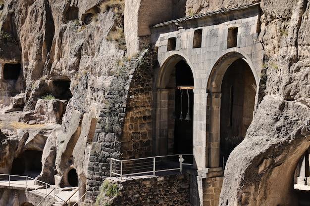 Starożytne miasto-klasztor w jaskini vardzia na górze erusheti w pobliżu aspindza w gruzji.