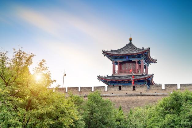 Starożytne mury miejskie w xi'an, chiny, krajobraz o zmierzchu.