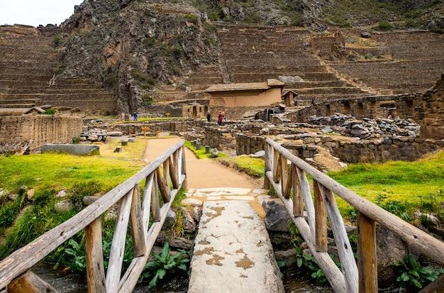 Starożytne ogromne kamienne konstrukcje ollantaytambo i bastylia