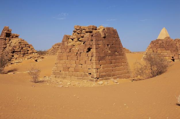 Starożytne piramidy meroe na saharze, sudan
