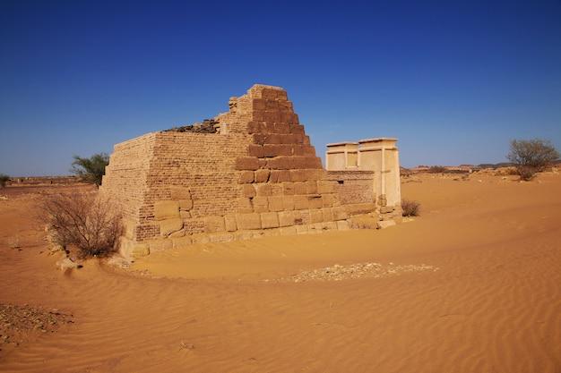 Starożytne piramidy w meroe na saharze, sudan