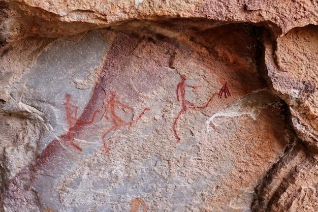 Starożytne prehistoryczne rysunki na kamiennych ścianach jaskini