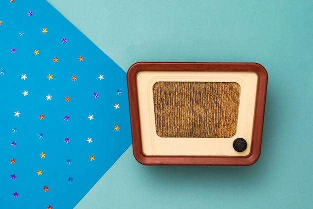 Starożytne radio z belką w postaci rozgwieżdżonego nieba. symulacja audycji radiowych. widok z góry.