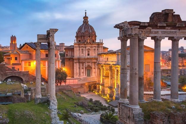 Starożytne ruiny forum romanum lub foro romano o wschodzie słońca w rzymie, włochy. widok ze wzgórza kapitolińskiego