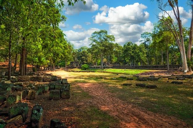 Starożytne ruiny świątyni angkor w kompleksie angkor wat, kambodża.