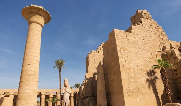 Starożytne ruiny świątyni karnak w luksorze (teby), egipt. największy kompleks świątynny starożytności na świecie. światowe dziedzictwo unesco.