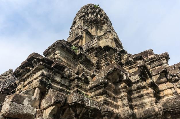 Starożytne rzeźby w kambodży angkor wat. starożytna kamienna świątynia cywilizacji khmerów w zaginionym mieście