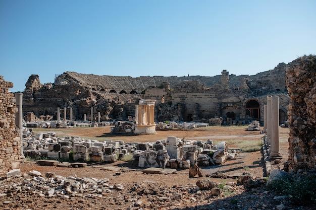 Starożytne rzymskie koloseum na terytorium turcji w mieście side. ruiny starego starożytnego miasta z wieloma atrakcjami.