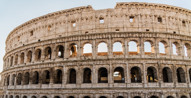 Starożytne rzymskie koloseum o wschodzie słońca. rzym, włochy