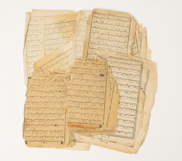 Starożytne stare arkusze papieru z arabskiej księgi koranu
