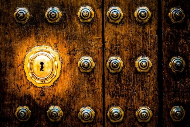 Starożytne włoskie drzwi (szacowane na 200 lat) w toskanii. dziurka od klucza przydatna dla pojęć.