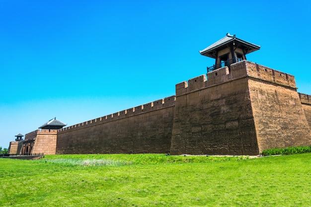 Starożytnej wieży o zmierzchu