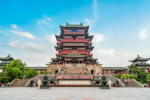 Starożytny budynek nad rzeką lijiang, pawilon nanchang tengwang.