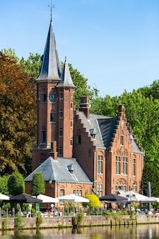 Starożytny budynek z wieżą w parku, europejskie miasto