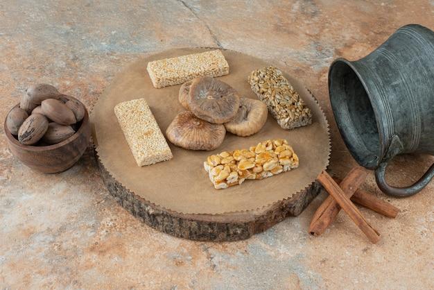 Starożytny czajnik i bryłki orzechowe na tle marmuru