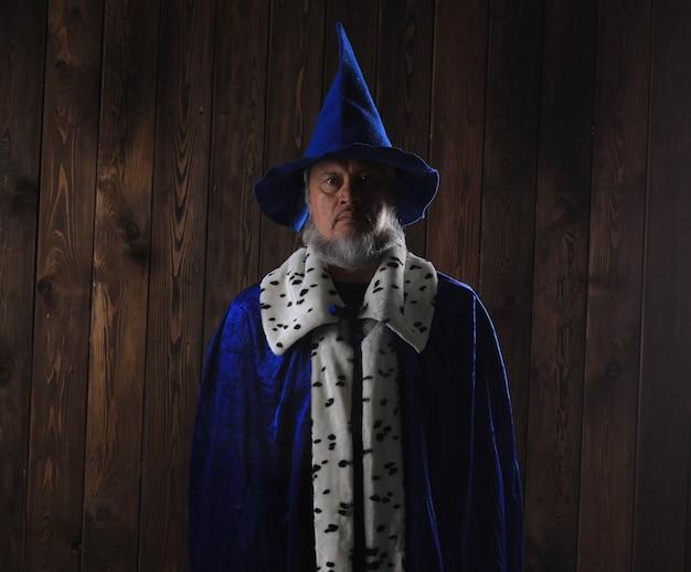 Starożytny czarodziej na ciemnym tle