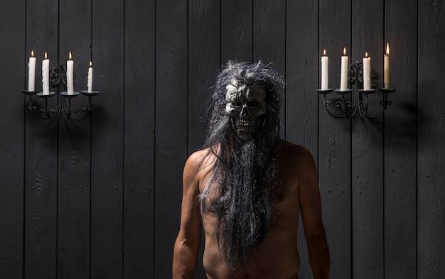 Starożytny czarownik na czarnym tle