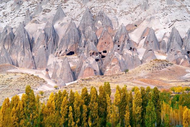 Starożytny dom w jaskini w pobliżu goreme, kapadocja w turcji.