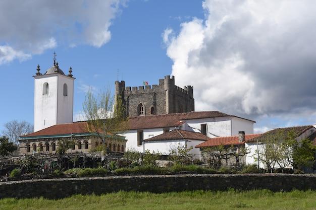 Starożytny domus municipalis w bragança i kościół santa maria do castelo i wieża zamkowa w tle. braganca, dystrykt braganca, region norte, portugalia, europa