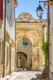 Starożytny dostęp do klasztoru na starym mieście w arles