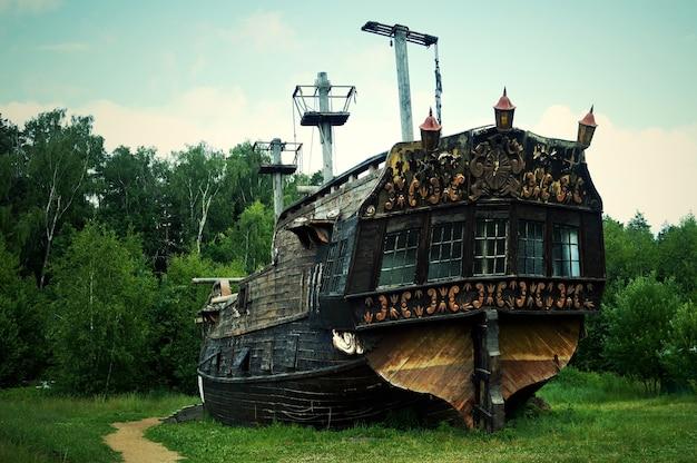 Starożytny drewniany statek piracki, zabytkowa średniowieczna łódź