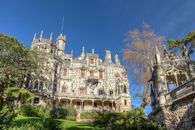 Starożytny historyczny zamek regaleira. portugalia, sintra.