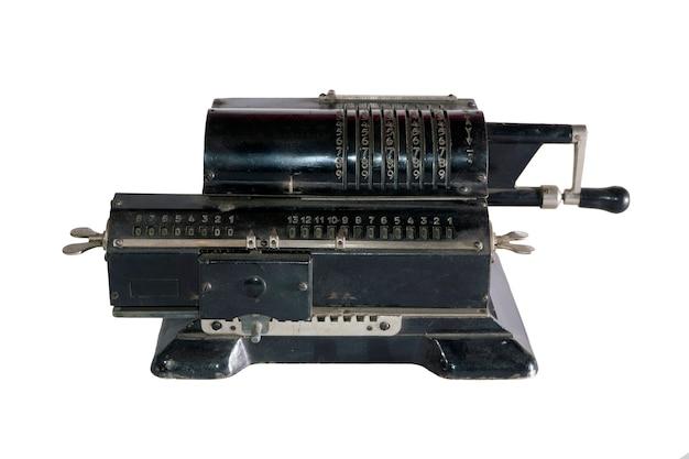 Starożytny kalkulator mechaniczny (arytmometr) na białym tle