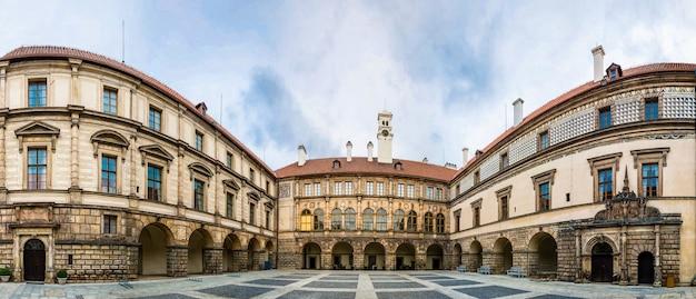 Starożytny kamienny dziedziniec zamkowy, europa. średniowieczna architektura europejska, znane miejsca podróży i turystyki