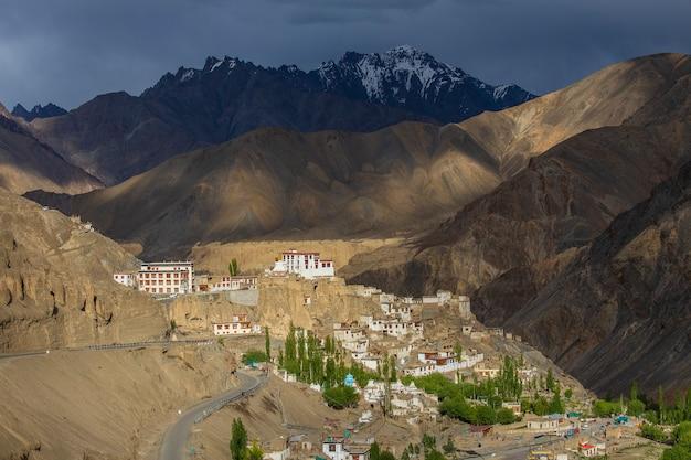 Starożytny klasztor buddyjski lamayuru wśród żółtych skał wąwozu, ladakh, himalaje, północne indie