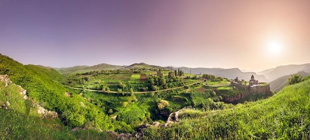 Starożytny klasztor w zachodzącym słońcu. tatev. armenia