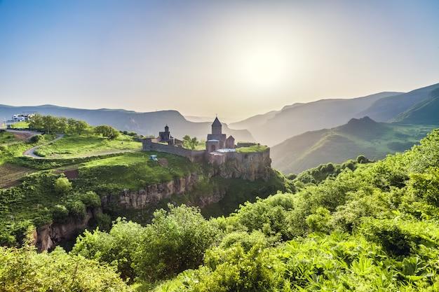 Starożytny klasztor w zachodzącym słońcu