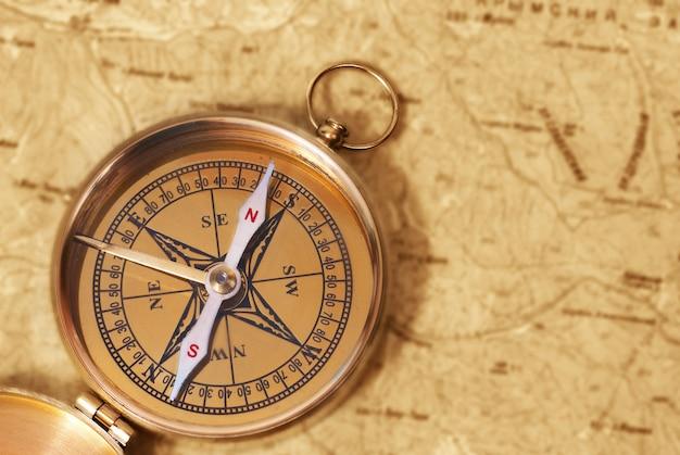 Starożytny kompas na starej mapie grunge
