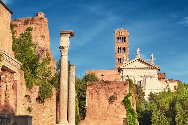 Starożytny kościół i kolumny, część forum museum w rzymie, włochy