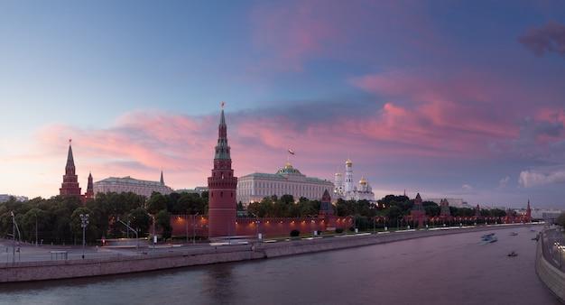 Starożytny kreml moskiewski i rzeka moskwa w świetle zachodzącego słońca, rosja.