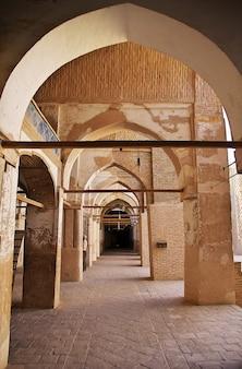 Starożytny meczet w mieście nain w iranie