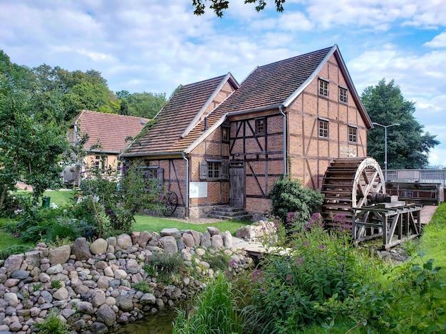 Starożytny młyn wodny stary europejski dom niemcy schwerin