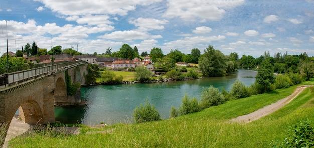 Starożytny most nad rzeką gave d'oloron w mieście navarrenx we francji