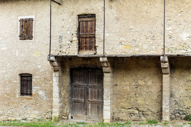 Starożytny opuszczony budynek w dolinie jezior w prowincji trento