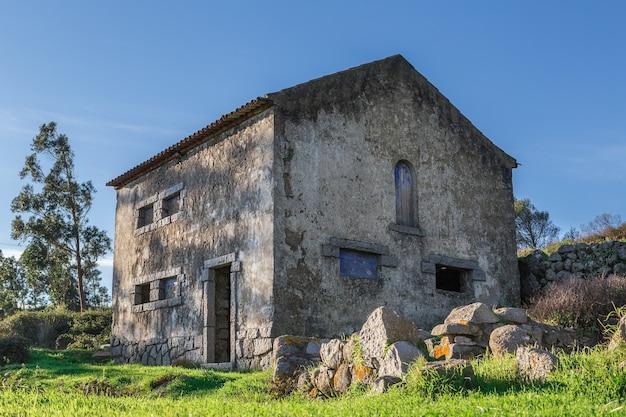 Starożytny opuszczony tradycyjny dom. w portugalii.