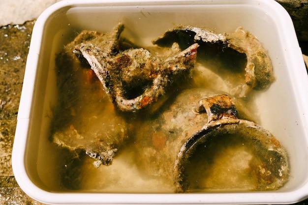Starożytny pęknięty wazon znaleziony w rozbitym morzu