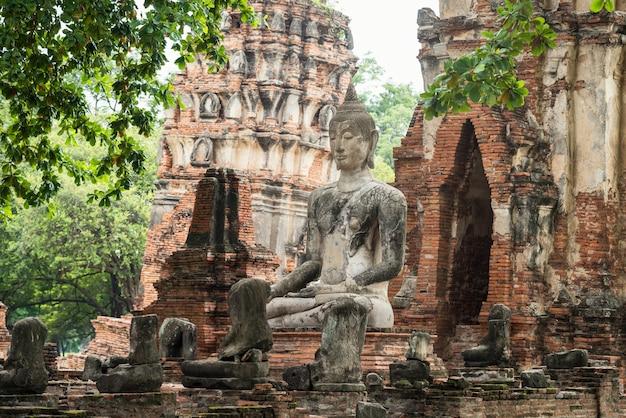 Starożytny piaskowiec zrujnowany posąg buddy w świątyni wat mahathat, ayutthaya, tajlandia