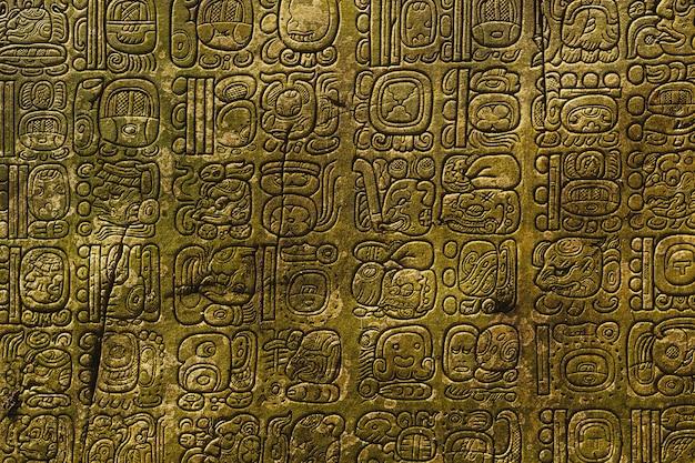 Starożytny pismo majów wyryte na kamiennej ścianie