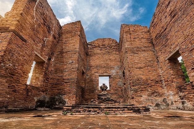 Starożytny posąg buddy i stanowisko archeologiczne w parku historycznym ayutthaya, prowincja ayutthaya, tajlandia. światowe dziedzictwo unesco