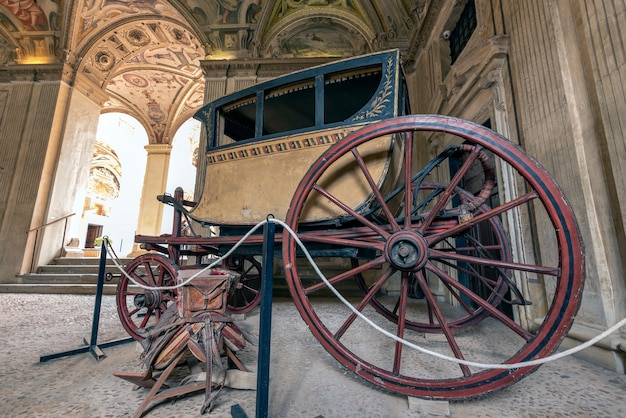Starożytny powóz na wystawie w muzeum marynarki wojennej