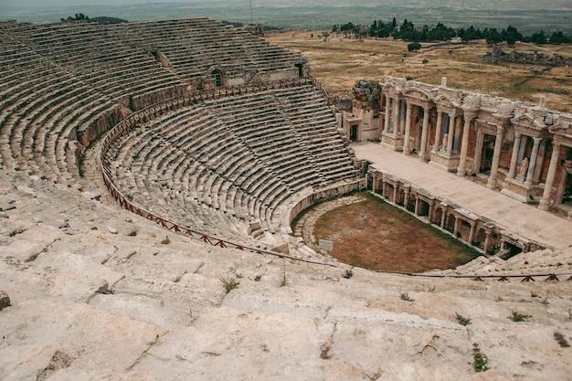 Starożytny rzymski amfiteatr wykonany z kamienia pod gołym niebem w pamukkale w turcji