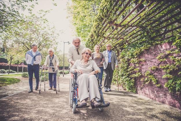 Starsi ludzie chodzą na zewnątrz